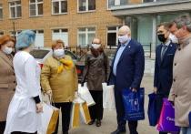 Депутаты облдумы привезли в тульскую клиническую больницу оборудование и подарки для врачей