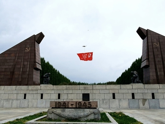 В небо над Берлином подняли копию Знамени Победы
