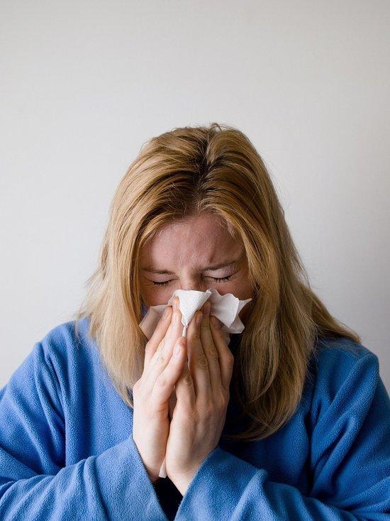 Роспотребнадзор рассказал, как отличить коронавирус от аллергии