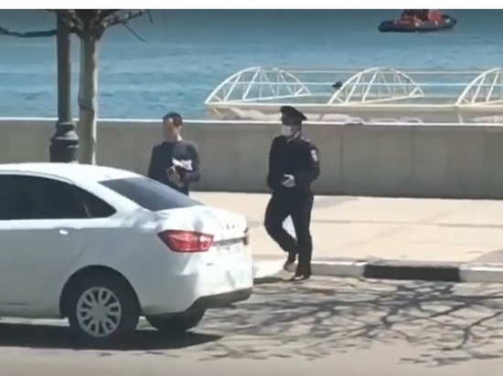 В Новороссийске полицейский пытался задержать мужчину, вышедшего за продуктами без паспорта