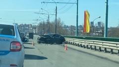 Майские праздники удались: в Ярославле иномарка разбилась об отбойник