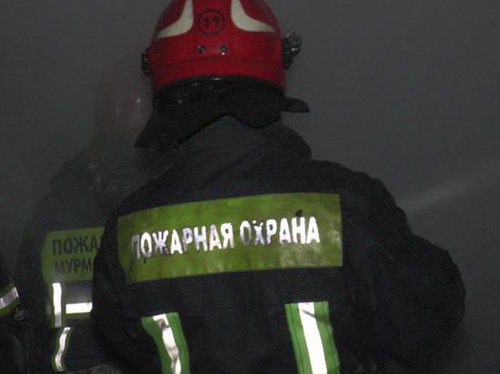 Десять человек тушили квартиру в Ковдоре