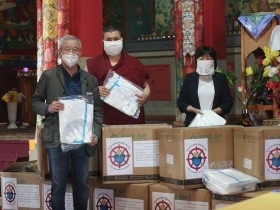 Калмыцкие священнослужители передали медикам защитные костюмы