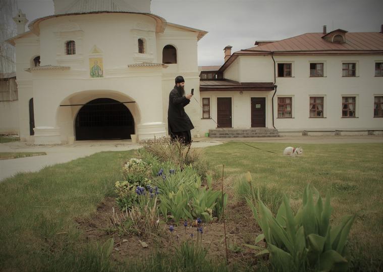 В старицком монастыре кролика Зоя выпустили из «самоизоляции»