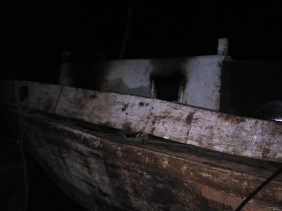 В Астраханской области на баркасе обнаружили обгоревший труп