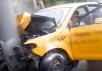 В Ростове-на-Дону такси отбросило на столб после столкновения с иномаркой