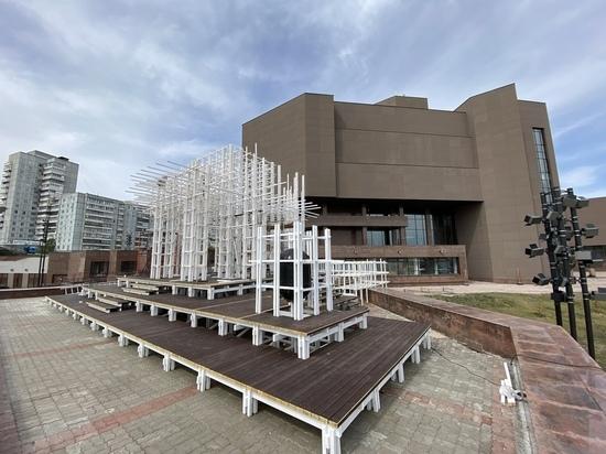У музейного центра строят ротонду в память о войне