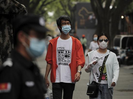 «Охранники и уборщицы донесут»: как выявляют нарушителей карантина в Китае
