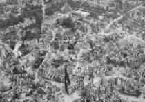 Новости Германии. К 75-летию окончания второй мировой войны музей Мюнстера подготовил онлайн-выставку фильмы, показывающие город после окончания войны. Как выживали граждане в разбомбленном американцами городе? Как справлялись с трудностями среди развалин и обломками и обломков? Подробные снимки с воздушной перспективы показывают масштабы катастрофы, нанесенной войной городу. Фотографии были сделаны в мае 1945 года американской «392-й бомбардировочной группой»: