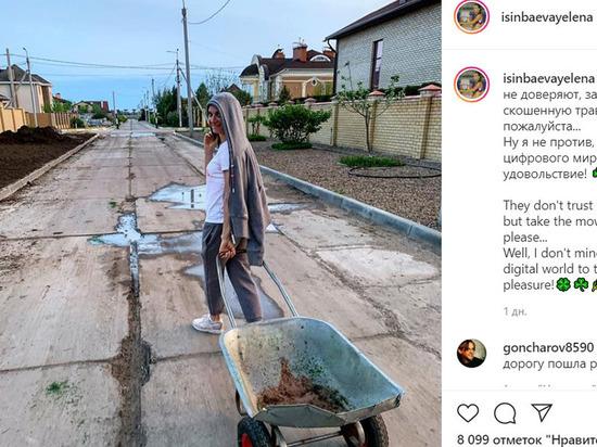 Волгоградка Елена Исинбаева в самоизоляции возит траву тачками