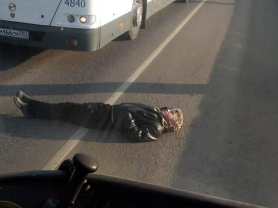 В Подмосковье отчаявшийся мужчина лег на дорогу и перегородил движение