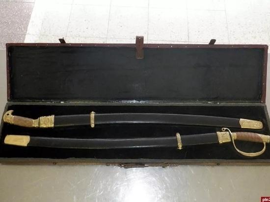Псковские таможенники пресекли попытку незаконного вывоза двух дагестанских сабель