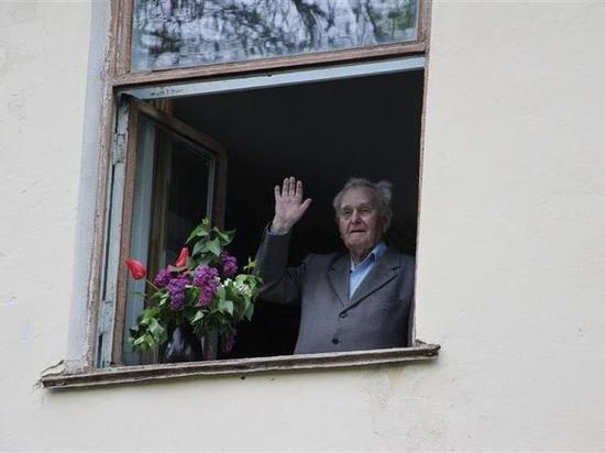 В городе Лермонтов у дома ветерана прошел Парад Победы