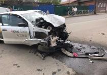 Эх прокачу…: в Костроме юный таксист снес ограждение и врезался в столб