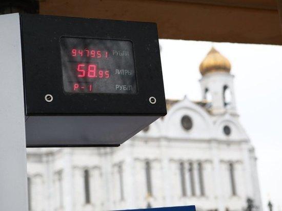 Росстат: бензин в стране подешевел на 1 копейку