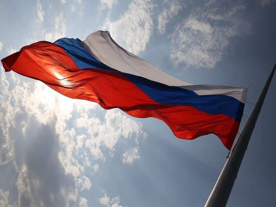 Хабаровчанам раздали 25 тысяч российских флагов