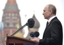 Утром 9 мая, в День Победы, президент Владимир Путин прибыл в Александровский сад и возложил к монументу букет алых роз, перевязанных черной лентой