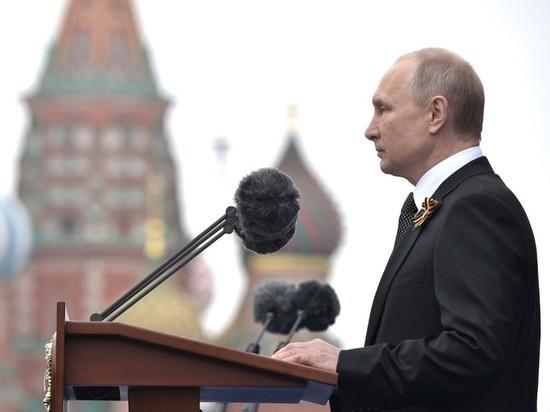 Путин поздравил россиян с Днем Победы и пообещал достойно провести парад