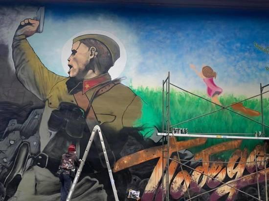 На стене дома в Улан-Удэ нанесли репродукцию фронтовой фотографии «Комбат»
