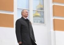 Президент Владимир Путин 9 мая на Соборной площади Кремля провел смотр Президентского полка