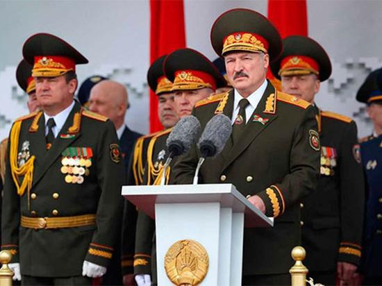 В День Победы в Минске парадные расчеты выразили презрение коронавирусу