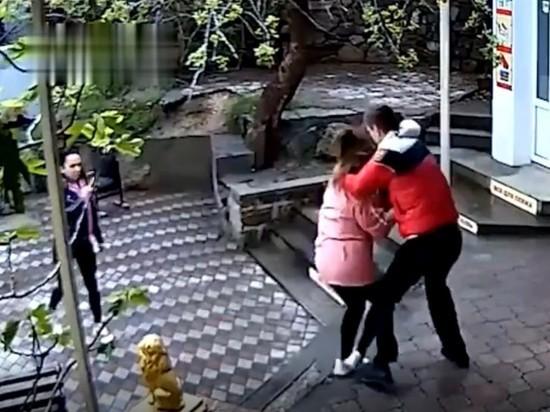 Тренер ММА из Петербурга избил продавца в Крыму после просьбы надеть маску