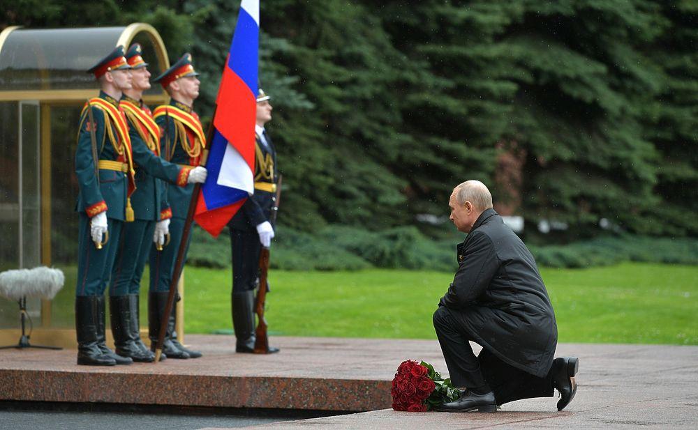 Путин возложил цветы к могиле Неизвестного Солдата и принял авиапарад: фотогалерея