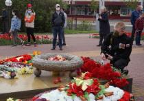 Сотни калужан пришли возложить цветы павшим героям, невзирая на пандемию
