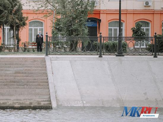 В Астрахани ветеран войны в одиночку издалека наблюдал за открытием памятника