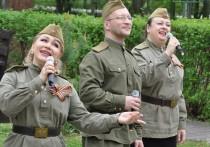 В День Победы «Фронтовые бригады» на военном автомобиле прибыли в Геронтологический центр имени Мальшина и устроили мини-концерт на его территории
