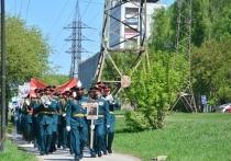 Музыканты приехали во двор и, привлекая внимание людей, стали играть известные военные песни