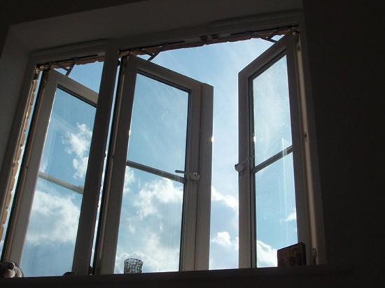 В Архангельске из окна выпал ребёнок
