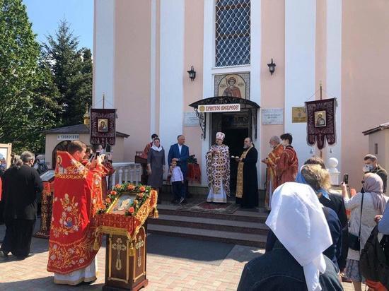 Сегодня Игорь Додон с супругой и младшим сыном посетил столичную церковь Святого великомученика Георгия