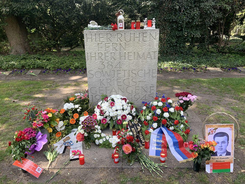 Германия: В честь 75-летия Победы представители КС Гамбурга возложили цветы к мемориалу