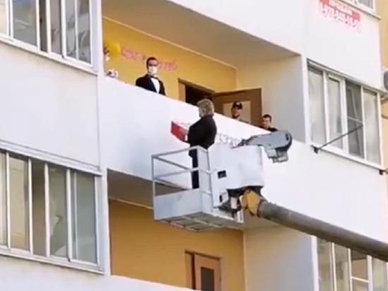 Сотрудница краснодарского ЗАГС поженила пару на балконе с автовышки