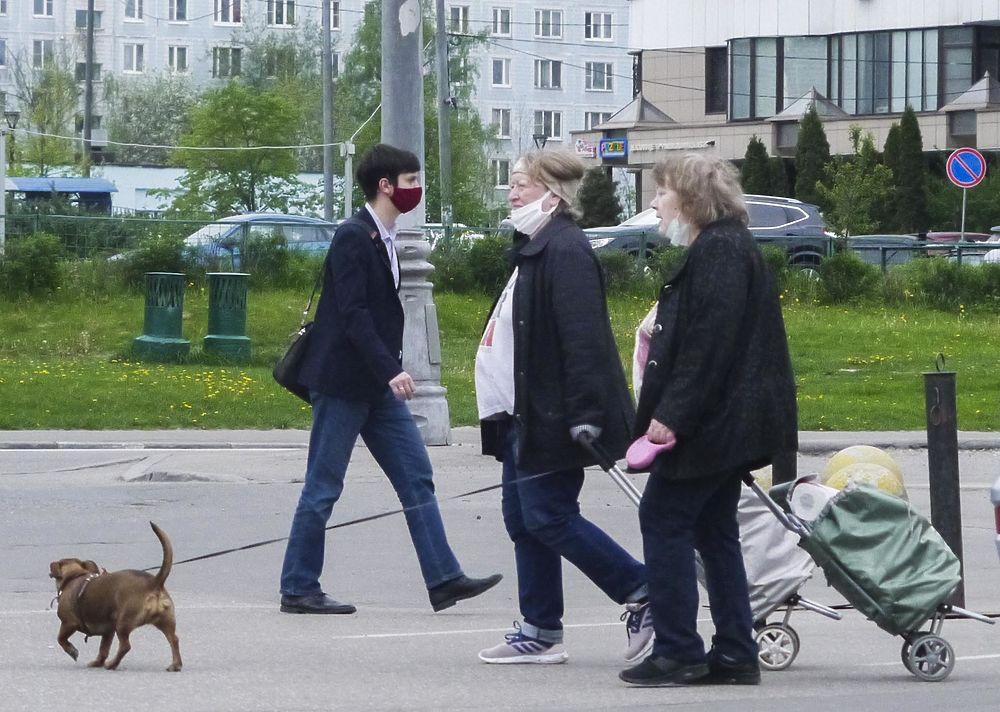 Кадры масочного режима в Москве: с носа спущены, перчаток нет