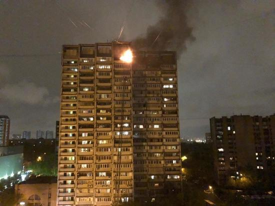 Сильный пожар вспыхнул в 22-этажном жилом доме на юге Москвы