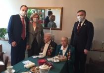 Сенатор от Бурятии вручил ключи от квартиры семье ветерана из Москвы