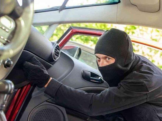 Житель Тверской области не закрыл машину и лишился оставленных в ней вещей