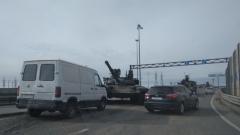 Скатившийся с транспортера танк перегородил въезд на КАД