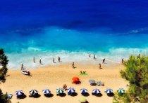 В связи с 30-градусной жарой в Греции открываются организованные пляжи, закрытые из-за пандемии коронавируса