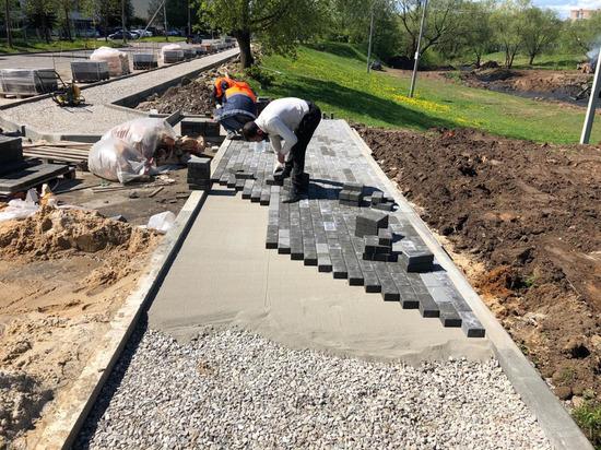 У обновленного пруда в Серпухове начали делать тротуар