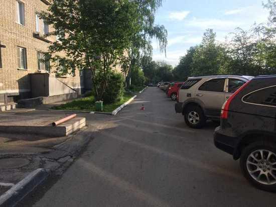 Автомобиль сбил пожилую женщину в одном из дворов Новосибирска