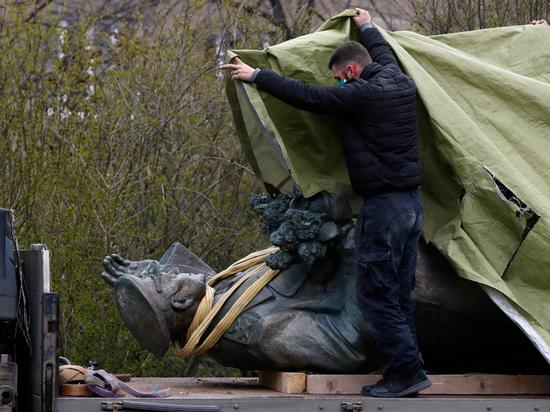 Откуда взялся украинский след в уничтожении памятника Коневу в Праге