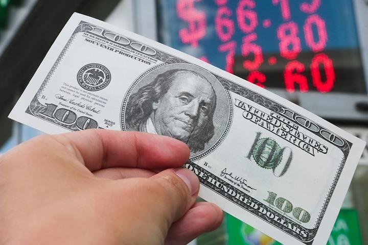 Назван реальный курс рубля к доллару - Московский Комсомолец