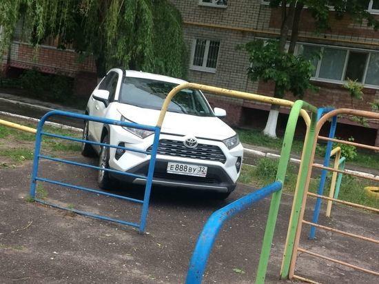 В Брянске автохам с номером 888 оккупировал детскую площадку