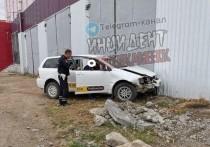 Таксист снес деревья и протаранил универмаг в центре Краснокаменска