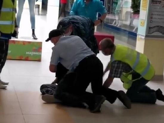 Сотрудники полиции Северска силой задержали посетителя без медицинской маски