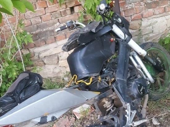 На Дону школьница на мотоцикле врезалась в стену здания