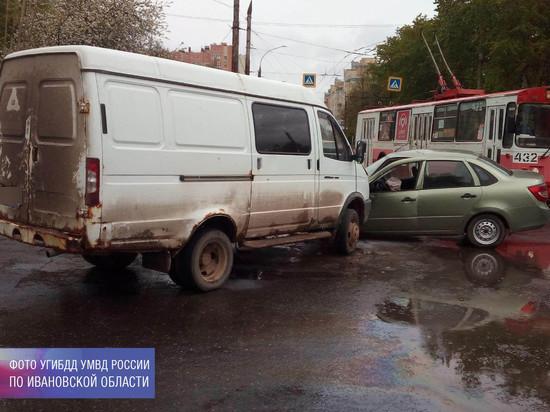 В Иванове из покореженной в ДТП машины девочку пришлось вызволять с помощью специнструмента